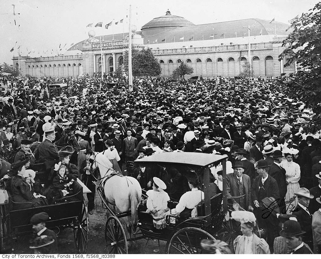 1908 - crowds in front of Manufacturers Building