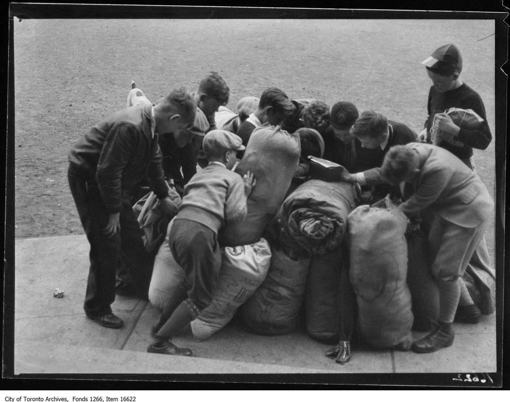1929 - Normal School Caravan, boys scramble for kits