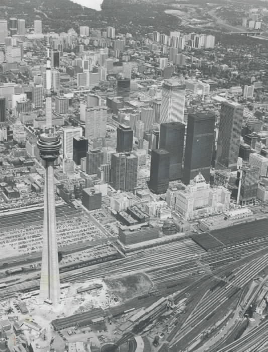 1975 - CN Tower finishing