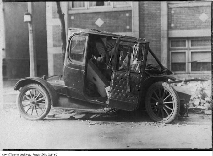 Damaged automobile, Ontario Street 1909