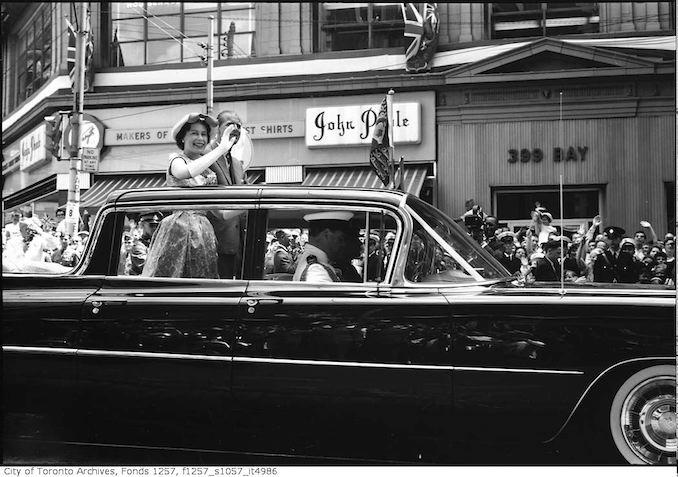Queen-Elizabeth-II-in-automobile-moving-