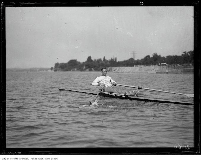 1930 - Bobby Pearce, Australian sculler, in shell, action