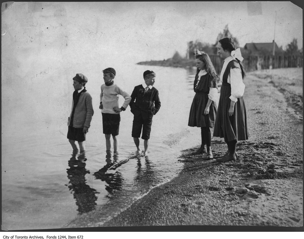 1908 - Children on the beach, Ward's Island