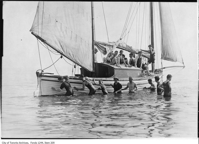 1907 - Sailboat surrounded by bathers