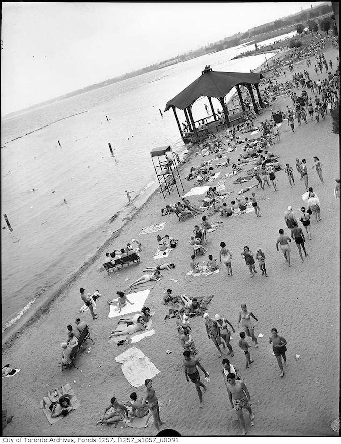 194? - A crowd at Sunnyside Beach