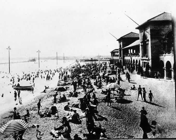 1945 - A crowd at Sunnyside Beach
