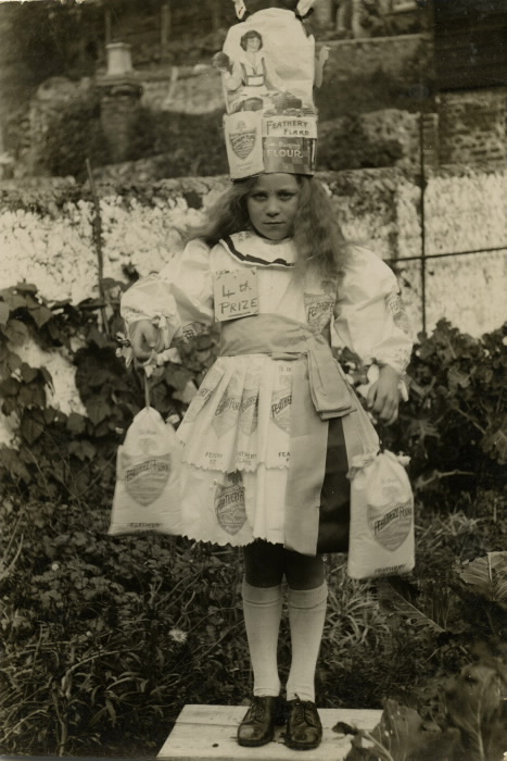 1900-girl-in-costume