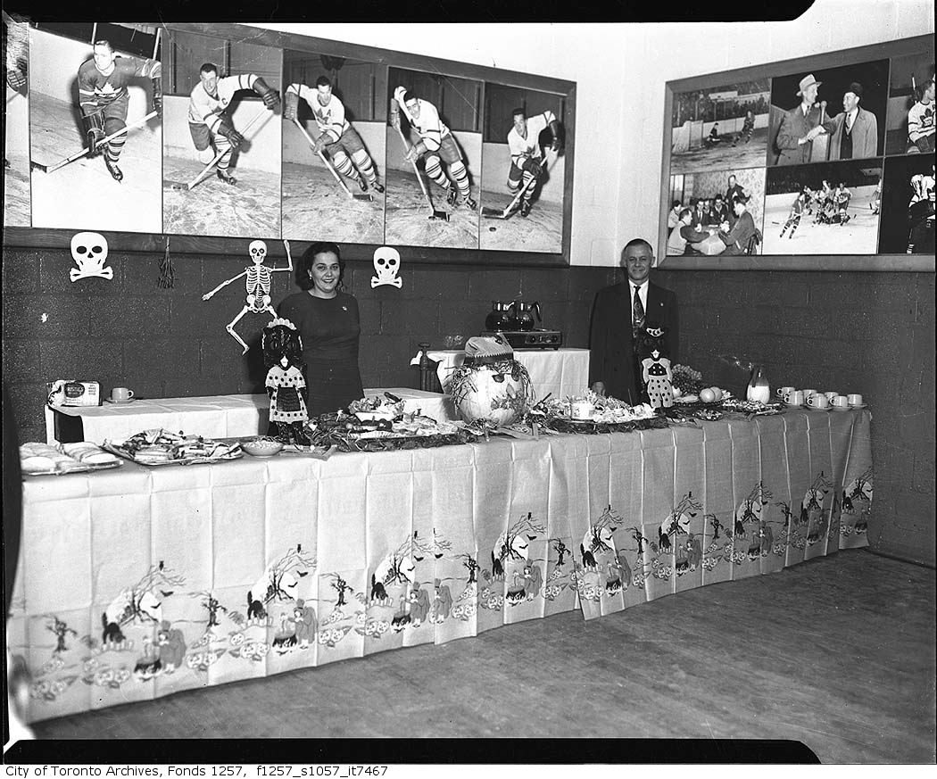 1953-shopsys-halloween-display-maple-leaf-gardens