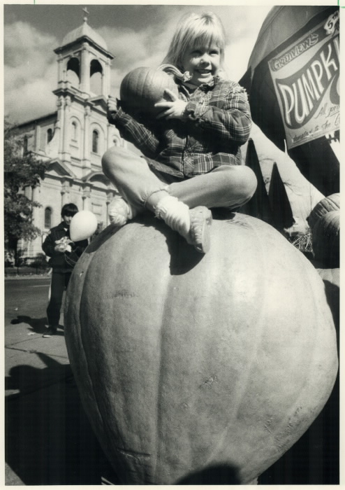 1987-huge-pumpkin-a-halloween-fantasy-alison-march-6-shopping-for-her-halloween-pumpkin-at-greenview-fruit-market-on-danforth-ave-107-kg-235-lbs