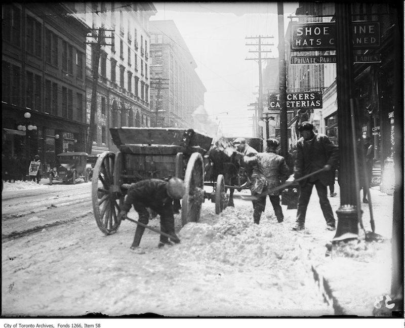 1922 - Dec - Snow shovellers, Queen St