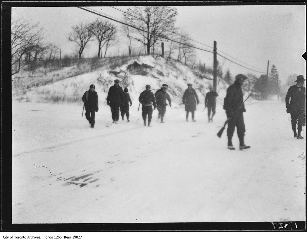 1930 - Clarkson rabbit hunt, hunters leaving