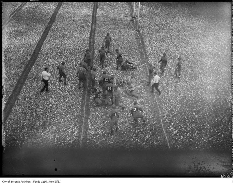 1926 - Varsity-Queen's Rugby, Varsity play on Queen's line