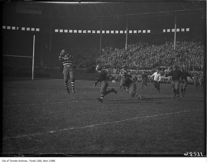 1927 - Argo-Ottawa rugby, pass