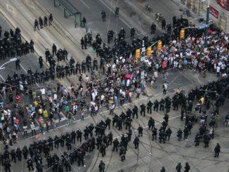 "Toronto police ""kettling"" civilians"