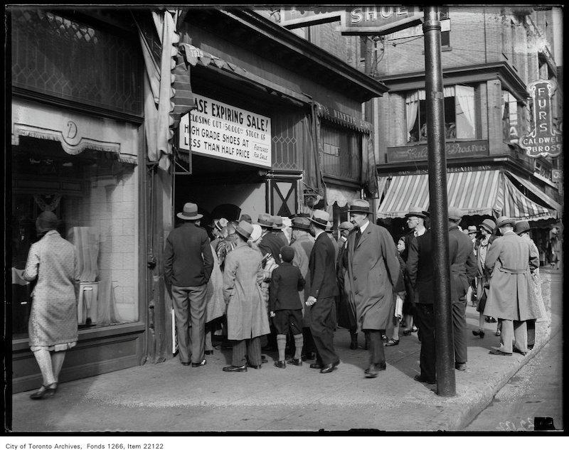 1930 - sept 30 - New York Shoe Company [sale], crowd outside 248 Yonge copy