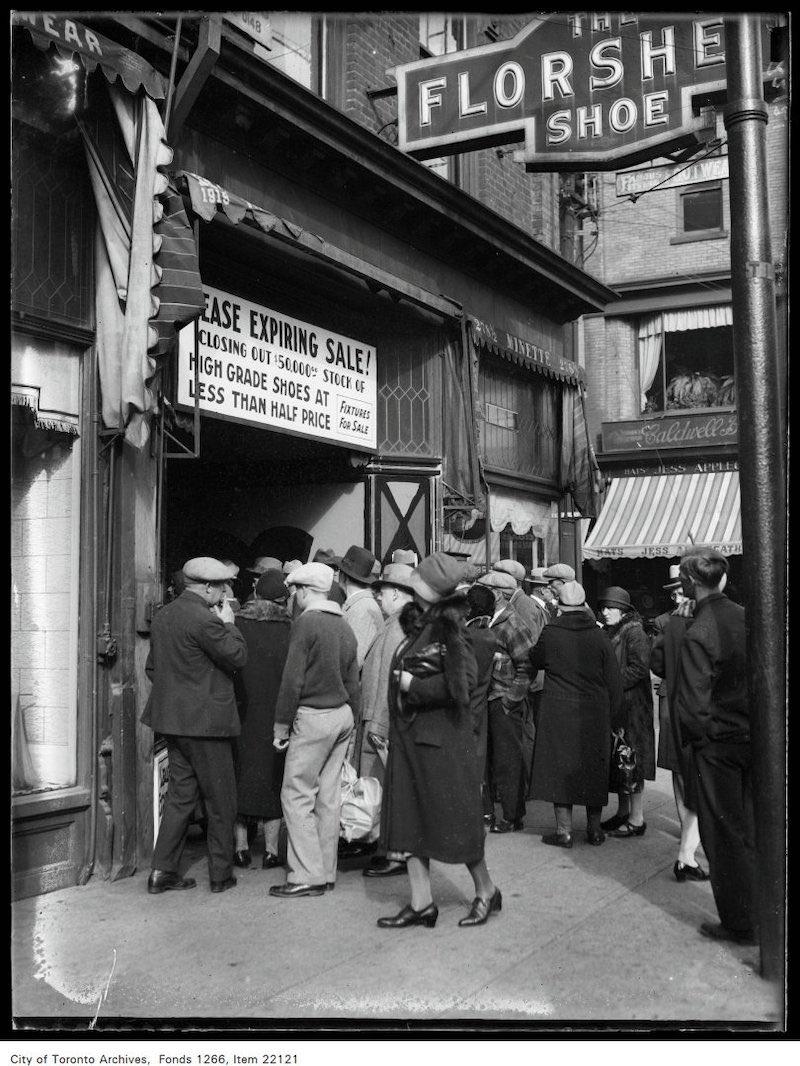1930 - sept 30 - New York Shoe Company [sale], crowd outside 248 Yonge