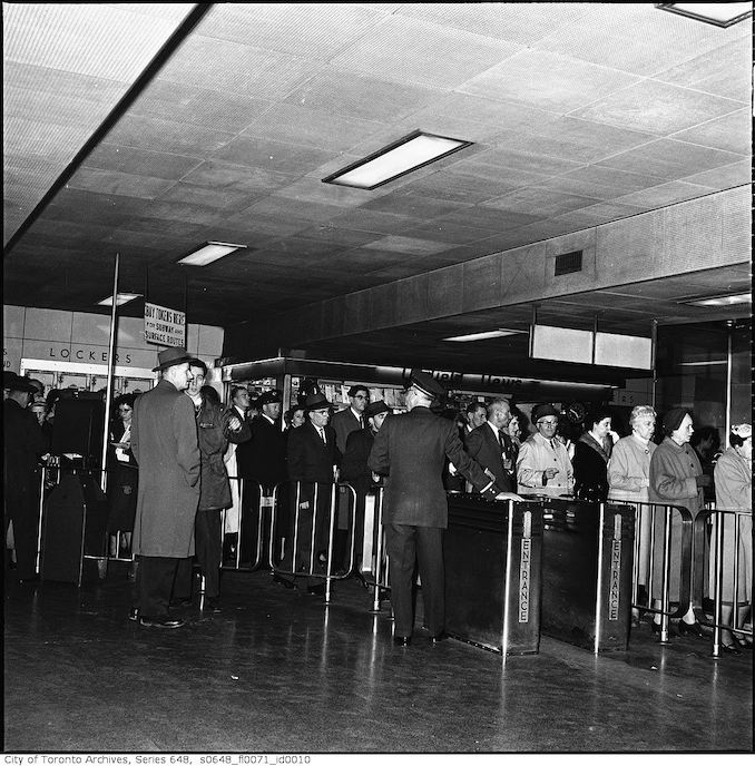 1960-Rush hour crowds in subway turnstiles : Queen and King stations